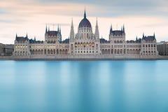 在黎明前的匈牙利议会大厦,布达佩斯 库存照片