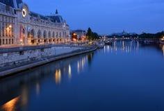 在黎明前的小时在塞纳河,巴黎法国。 免版税库存照片