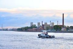 在黎明前的10月堤防 库存图片
