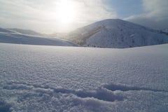 在黎明太阳的美丽的雪山 免版税库存图片