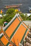 在黎明寺和昭披耶河,曼谷寺庙的看法  免版税库存照片