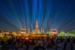在黎明寺寺庙夜,曼谷的光线影响 库存照片