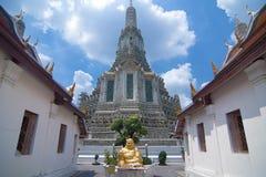 在黎明寺的金雕象 免版税库存照片
