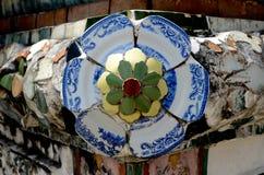 在黎明寺装饰与中国瓦器的外部在曼谷 免版税库存图片