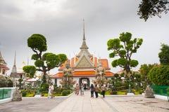 在黎明寺附近的寺庙在曼谷 免版税库存图片