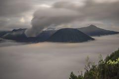 在黎明期间的布罗莫火山火山 免版税库存图片