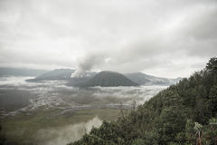 在黎明期间的布罗莫火山火山 图库摄影