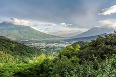 在黄昏光,安提瓜岛,危地马拉的三个火山 免版税库存图片