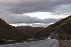 在黄昏时间的高地路 免版税图库摄影