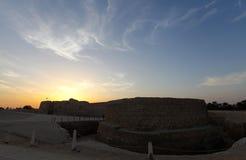 在黄昏期间的巴林堡垒 库存照片
