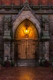 在黄昏的一个大教堂门 库存照片