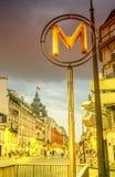 在黄昏的一个巴黎人地铁标志 免版税库存图片