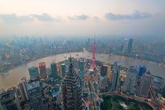 在黄昏的上海都市风景 免版税库存照片