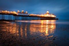 在黄昏的伊斯特本码头。 免版税库存图片