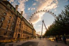 在黄昏的伦敦眼在伦敦 库存照片