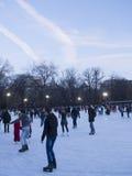 在黄昏的公开滑冰的圆环 库存照片