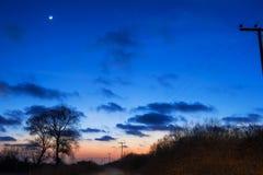 在黄昏的农村路 库存照片