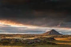 在黄昏的冰岛- Vindbelgjarfjall火山与美丽的云彩 库存图片