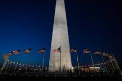 在黄昏的华盛顿纪念品与在华盛顿特区的旗子 免版税库存图片