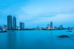 在黄昏的厦门地平线美丽的沿海城市 图库摄影