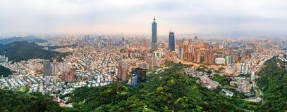 在黄昏的台北地平线鸟瞰图 免版税库存照片