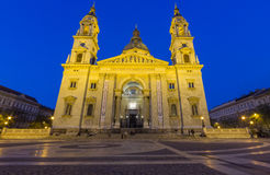 在黄昏的圣斯蒂芬的大教堂,布达佩斯,匈牙利 免版税库存图片