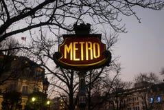 巴黎在黄昏的地铁标志 免版税库存图片