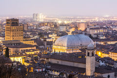 在黄昏的城市光,布雷西亚,意大利 免版税图库摄影