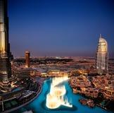 在黄昏的壮观的迪拜跳舞喷泉 免版税库存照片