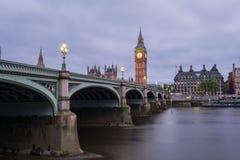 在黄昏的大本钟和威斯敏斯特桥梁 免版税库存图片