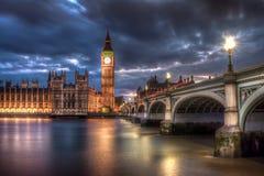 在黄昏的大本钟和议会视图 库存图片