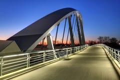 在黄昏的大街桥梁 免版税图库摄影