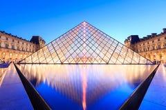 在黄昏的天窗金字塔在米开朗基罗前的Pistoletto期间 库存照片
