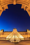 在黄昏的天窗金字塔在米开朗基罗前的Pistoletto期间 免版税库存图片