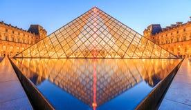 在黄昏的天窗金字塔在米开朗基罗前的Pistoletto期间 图库摄影