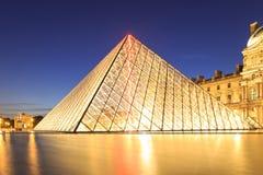 在黄昏的天窗金字塔在米开朗基罗前的Pistoletto期间 库存图片