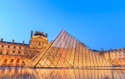 在黄昏的天窗金字塔在米开朗基罗前的Pistoletto期间 免版税库存照片