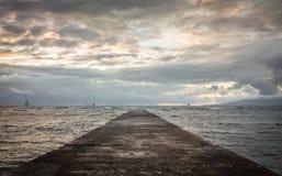 在黄昏的威基基码头 免版税库存照片