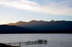 在黄昏的小束的云彩在蒂阿瑙湖 免版税库存照片