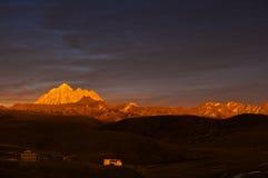 在黄昏的山 免版税图库摄影
