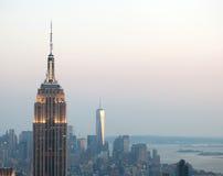 在黄昏的帝国大厦和曼哈顿都市风景 图库摄影