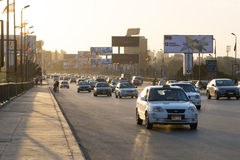 在黄昏的开罗交通 免版税库存图片