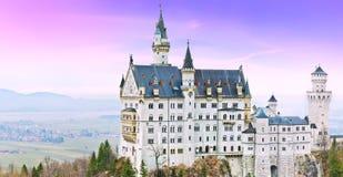 在黄昏的新天鹅堡城堡在德国 免版税库存照片