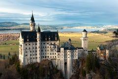 在黄昏的新天鹅堡城堡 免版税库存照片