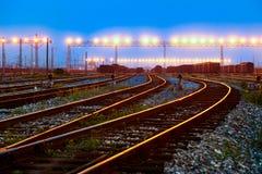 在黄昏的方式向前铁路 库存图片