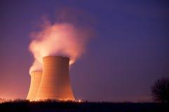 在黄昏的核电站冷却塔 免版税库存照片
