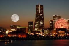 在黄昏的横滨,日本地平线 免版税库存图片