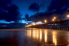 在黄昏的海洋码头 免版税库存照片
