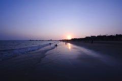 在黄昏的海滩 库存图片