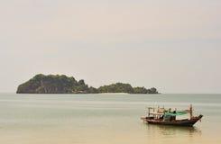 在黄昏的渔船。 免版税库存图片